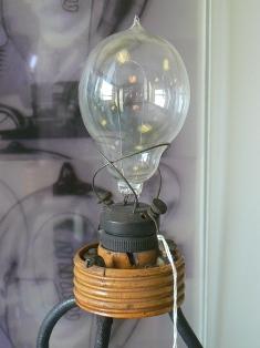 Начало развития электрического освещения