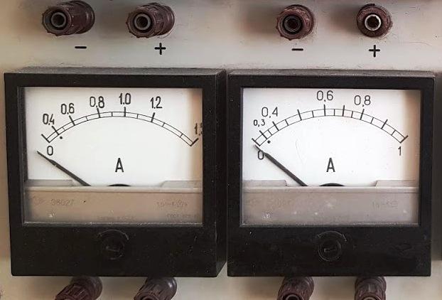 Cómo se convierte el voltaje en corriente