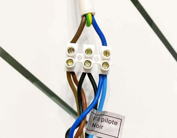 Conexión eléctrica de núcleos de cable con un bloque de terminales