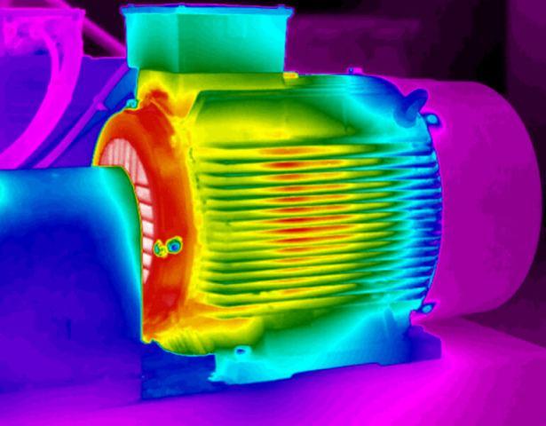 El motor en la pantalla de la cámara termográfica